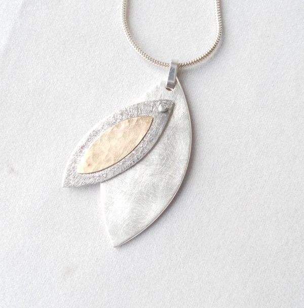 Articulated pendant